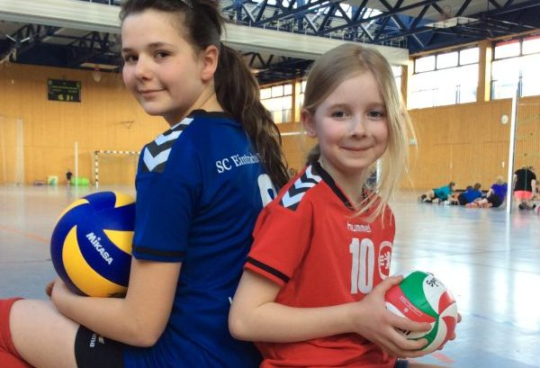 Kinder spielen Volleyball