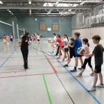Kinder spielen in einer Sporthalle